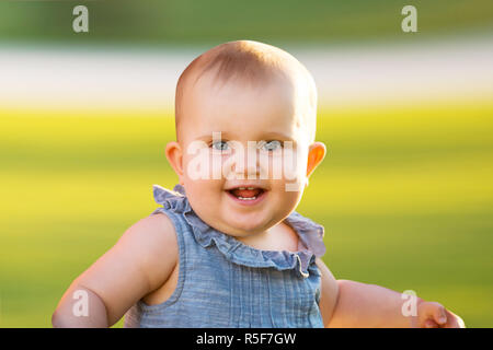 Lächelnd Cute Baby Girl - Stockfoto