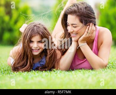 Glückliche Mutter mit Tochter - Stockfoto