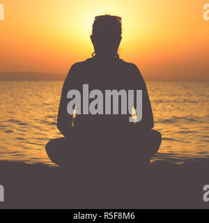 Meditation am Strand - Stockfoto