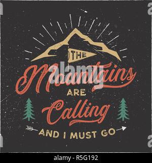 Der Berg ruft und Ich muss T-Shirt Design. Abenteuer Kunst, Poster an der Wand. Camping Emblem in strukturierten Stil. Typografie hipster T-Stück. Stock Illustration auf schwarzem Hintergrund - Stockfoto