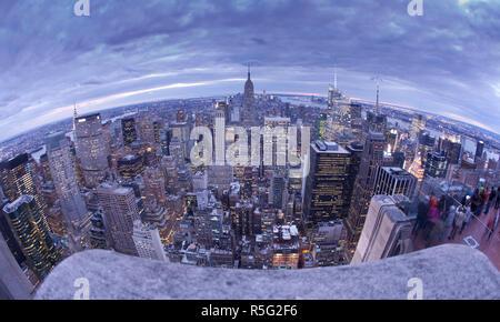 Skyline von Midtown mit Empire State Building aus dem Rockefeller Center in Manhattan, New York City, USA