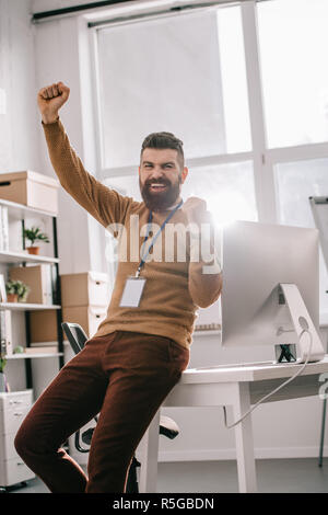 Happy bearded nach Geschäftsmann tragen leer Sicherheit Tag und halten die Arme bis in Aufregung - Stockfoto
