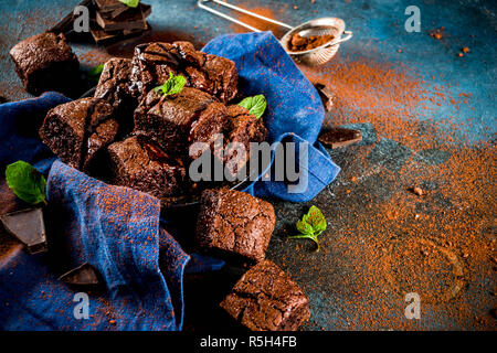 Hausgemachte Schokolade Brownies mit Schokolade Pulver und Minze auf dunklem Hintergrund, Ansicht von oben kopieren Raum - Stockfoto