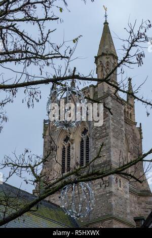 Glockenturm der Kirche oder Kirchturm mit Weihnachtsschmuck und Lichterketten. - Stockfoto