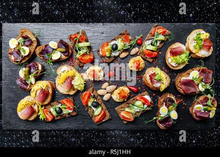 Viele verschiedene Arten von Snacks auf dem Tisch - Stockfoto