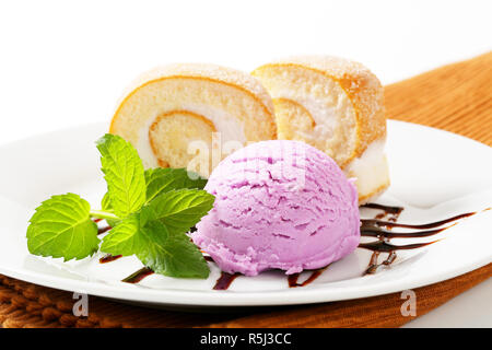 Swiss roll mit Eis - Stockfoto