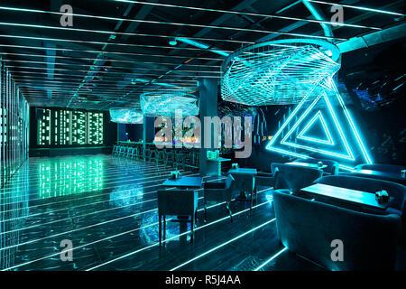 Moskau, Russland, 04.04.2018: Neon Beleuchtung in der modernen Bar Stockfoto