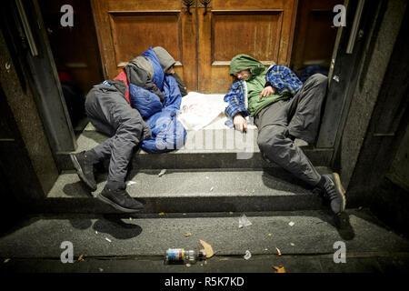 Das Stadtzentrum von Liverpool junge obdachlose Männer in der Tür schlafen - Stockfoto