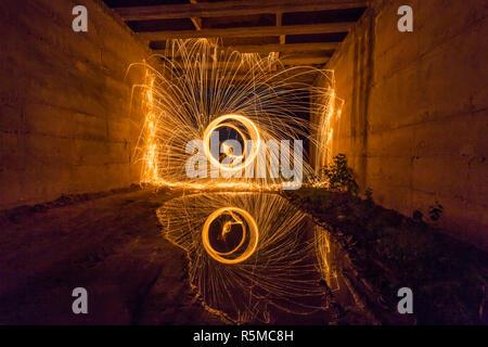 Stahl Wolle spinnen im Wasser unter einer Brücke nieder - Stockfoto