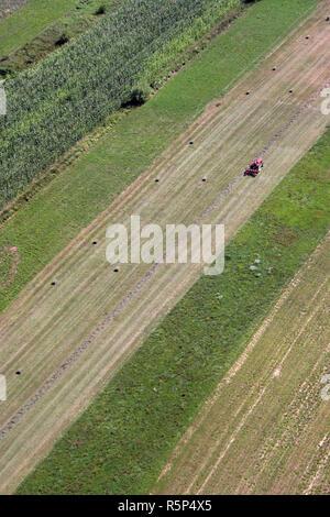Eine Luftaufnahme des Traktors in ein Feld Sisljavic Kroatien arbeiten - Stockfoto