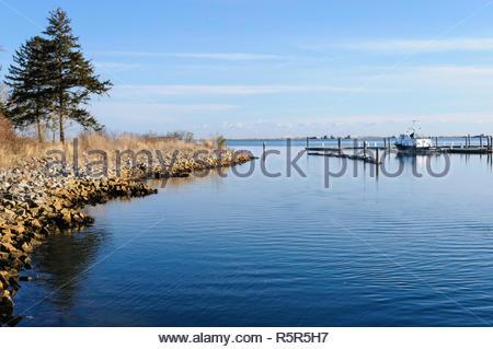 Plymouth, MA, USA - 17. Februar 2008: Rocky rim von Pilgrim Memorial State Park und in der Nähe Marina in Plymouth Harbor an kühlen Februar morgen - Stockfoto