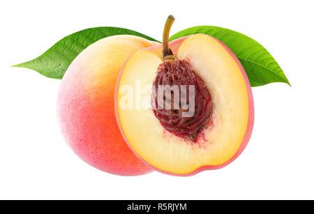Isolierte Pfirsiche. Eine und eine halbe Pfirsich Früchte mit Blättern auf weißem Hintergrund mit Freistellungspfad isoliert - Stockfoto