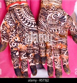 Beliebte Mehndi Designs für Hände oder Hände mit Mehandi indischen Traditionen lackiert - Stockfoto
