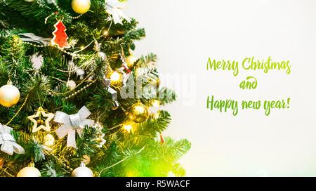 Geschmückten Weihnachtsbaum closeup, frohe Weihnachten und ein glückliches neues Jahr 2019, Banner, Hintergründe, frohe Feiertage, Weihnachten Schnee Hintergrund - Stockfoto