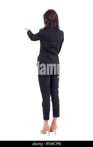 Hintere zurück Blick auf die Frau, die in der Klage der Interaktion mit Touchscreen oder Zeigefinger bei der Präsentation. Voller Körper auf weißem Hintergrund. - Stockfoto