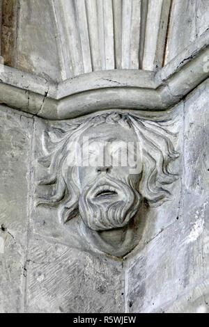 Dekoriert oder Gesichter auf Konsolen geschnitzten in St. Johannes der Täufer Pfarrkirche, Bishopstone, Wiltshire. - Stockfoto