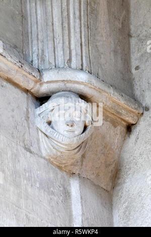 Dekoriert Dame in einem Rise, Geschnitztem Gesicht auf Konsolen in St. Johannes der Täufer Pfarrkirche, Bishopstone, Wiltshire. - Stockfoto