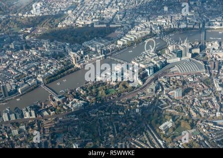 London Luftaufnahme zeigt die wichtigsten Touristenattraktionen und Sehenswürdigkeiten wie der Buckingham Palace, Nelson's Column und die Häuser des Parlaments - Stockfoto