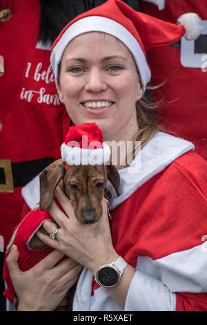 London, Großbritannien. 2. Dez 2018. Jährliche Santa Run im Victoria Park. Credit: Guy Corbishley/Alamy leben Nachrichten - Stockfoto