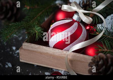 Weihnachtsschmuck rot Christbaumkugel in das Feld ein. - Stockfoto