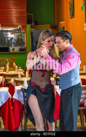 Tango Tänzer am Caminito. La Boca, Buenos Aires, Argentinien. - Stockfoto