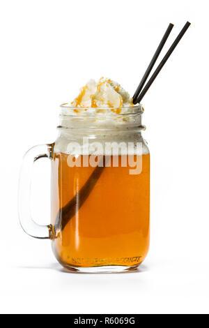 Hot Apple Cider mit Karamell Sauce serviert und Schlagsahne - Stockfoto