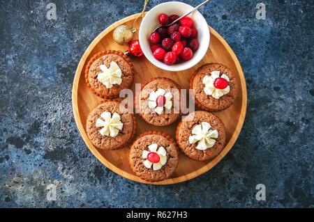 Brownie min Torten in eine Platte auf einem blauen Hintergrund. Festliche desse - Stockfoto