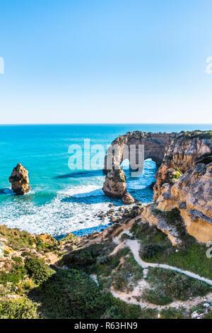 Felsformation bei Praia da Marinha. - Stockfoto