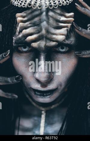 Porträt der jungen Frau im Bild der Humanoide und Außerirdischen alien mit Hörnern auf dem Kopf und dämonischen Augen. - Stockfoto