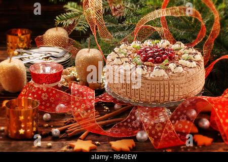 Weihnachten, nussig-Torte mit Kirschen auf hölzernen Tisch - Stockfoto