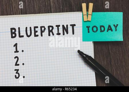 Schreiben Hinweis mit einer Blaupause. Business foto Präsentation design Plan oder andere technische Zeichnung von Ingenieuren für Site öffnen notebook Seite Stifte Holding - Stockfoto