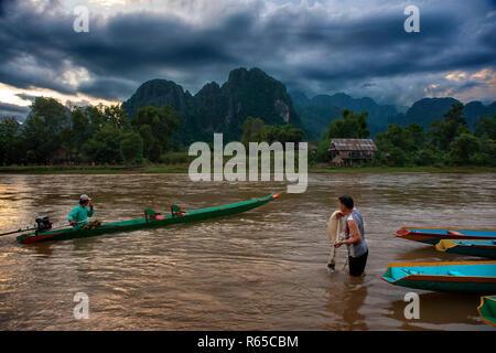 Fischer in den Fluss Nam Song neben Dorf Vang Vieng, Laos - Stockfoto
