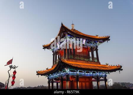 Schön beleuchteten traditionellen chinesischen Tempel auf der Xi'An Stadtmauer am Abend, China - Stockfoto