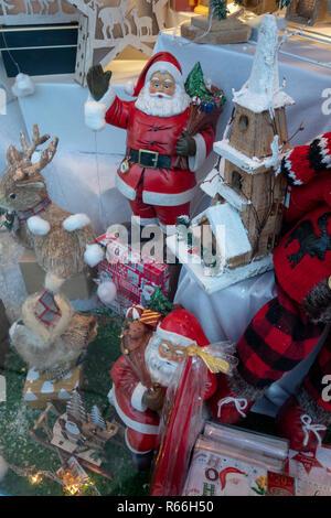 Weihnachten Geschenk Ideen in einem kleinen Schaufenster in Dinnington, Rotherham, South Yorkshire, England - Stockfoto