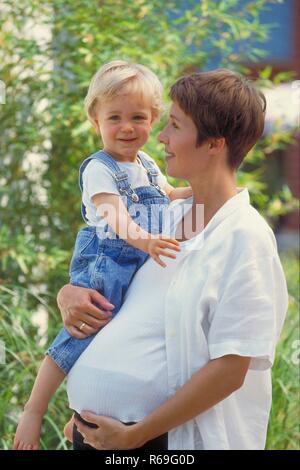 Schwangere auf der Garten Liege gefickt
