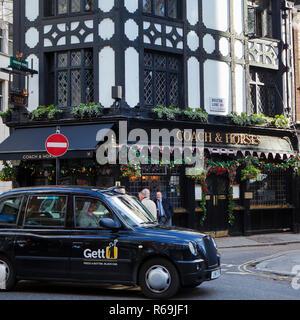 LONDON, GROSSBRITANNIEN, 30. NOVEMBER 2018: traditioneller englischer Pub in London erhält mit weihnachtlichen Ornamenten verziert