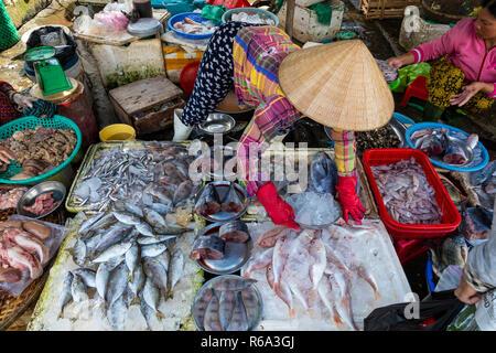 Straßenhändler in Hue, Vietnam traditionellen Fischmarkt Leute verkaufen frischen Fisch auf dem Bürgersteig.