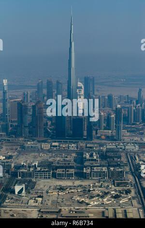 Burj Khalifa und die Skyline der Stadt von einem Wasserflugzeug in Dubai, Vereinigte Arabische Emirate. - Stockfoto