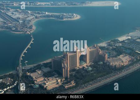Palm Jumeirah und Atlantis Hotel, wie man es von einem Wasserflugzeug in Dubai, Vereinigte Arabische Emirate. - Stockfoto