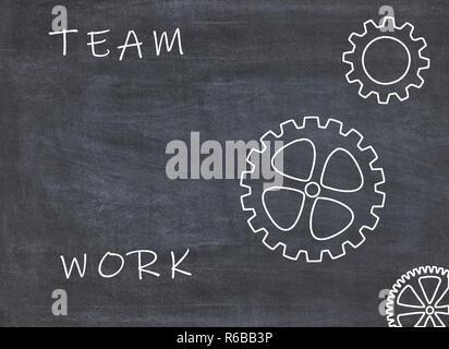 Teamwork Konzept mit Zahnräder und Text auf der Tafel - Stockfoto