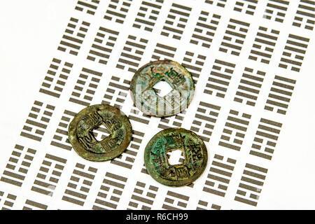 I Ging Chinesisch Wahrsagen Mit Münzen Stockfoto Bild 227699731