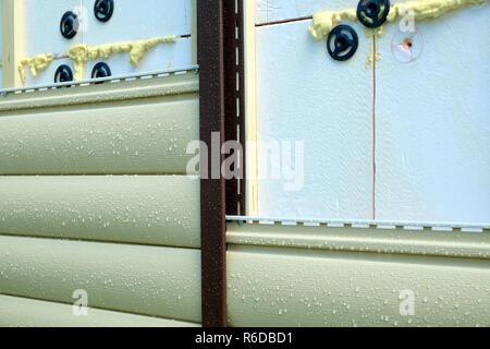 Abstellgleis panels Befestigung über die Isolierung der Gebäude wand Frontansicht closeup - Stockfoto