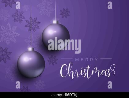 Weihnachtskarte, Purple xmas bauble Ornamente mit Schneeflocken. Luxus Urlaub Kugeln Hintergrund für die Einladung oder Jahreszeiten Gruß. - Stockfoto