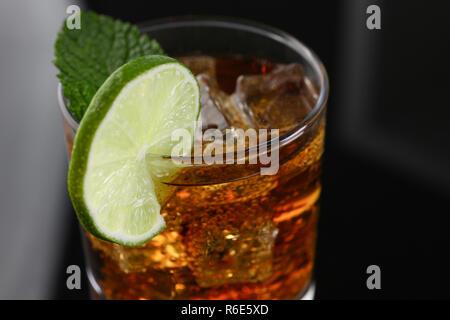 Cocktail mit Cola und Minze - Stockfoto
