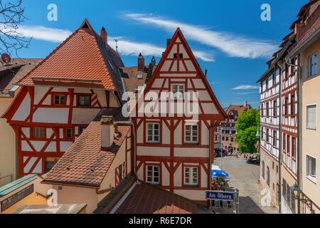 Fassade des traditionellen deutschen Half-Timbered Haus, Altstadt und der Marktplatz Tiergärtnertorplatz Nürnberg, Bayern, Deutschland - Stockfoto