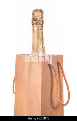 Champagner Flasche in Handwerk Papier Geschenkbeutel. Auf weiß Isoliert - Stockfoto