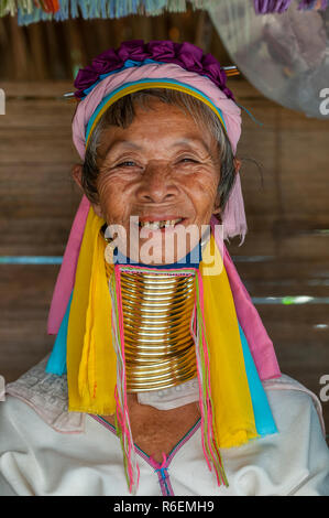 Frau aus dem langen Hals Padaung Hill Tribe, Tha Tonne, Provinz Chiang Mai, Thailand - Stockfoto