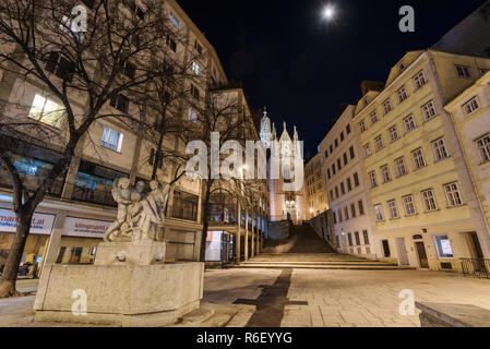 Wien, Österreich, 29. Dezember 2017. Blick auf Maria am Gestade (Maria am Ufer) älteste gotische Wiener Kirche bei Nacht beleuchtet mit keine Menschen. - Stockfoto