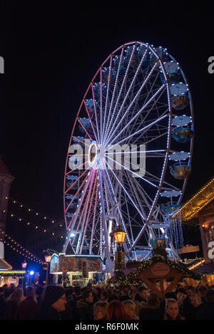 Magdeburg, Deutschland - Dezember 1, 2018: Blick auf den Weihnachtsmarkt in Magdeburg mit einem Riesenrad und Glühwein steht, Deutschland. - Stockfoto