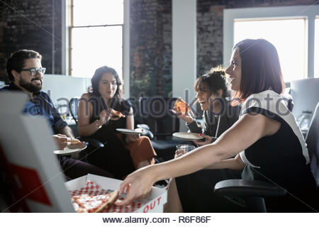 Creative Business Leute genießen Pizza in loft Büro - Stockfoto